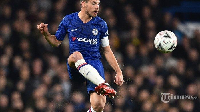 Pemain belakang Chelsea asal Spanyol, Cesar Azpilicueta mengontrol bola dalam laga babak kelima Piala FA antara Chelsea kontra Liverpool di Stadion Stamford Bridge, London, Inggris, Rabu (4/3/2020) dini hari WIB. Chelsea berhasil mengkandaskan Liverpool setelah menang dengan skor 2-0, The Blues pun melaju ke babak perempat final. AFP/Glyn Kirk