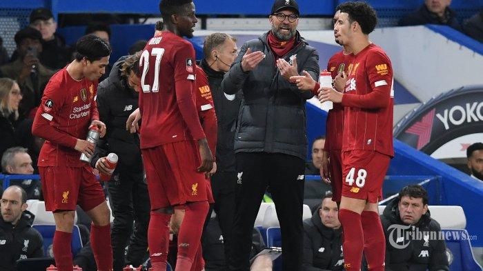 Manajer Liverpool asal Jerman, Jurgen Klopp (kedua kanan) memberikan instruksi kepada pemainnya dalam laga babak kelima Piala FA antara Chelsea kontra Liverpool di Stadion Stamford Bridge, London, Inggris, Rabu (4/3/2020) dini hari WIB. Chelsea berhasil mengkandaskan Liverpool setelah menang dengan skor 2-0, The Blues pun melaju ke babak perempat final. AFP/Daniel Leal-Olivas