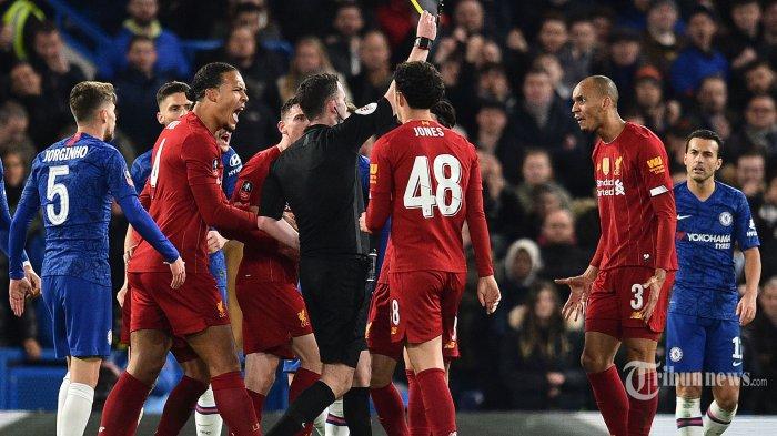 Wasit Chris Kavanagh (tengah) memberikan kartu kuning kepada pemain tengah Liverpool asal Brasil, Fabinho (kedua kanan) dalam laga babak kelima Piala FA antara Chelsea kontra Liverpool di Stadion Stamford Bridge, London, Inggris, Rabu (4/3/2020) dini hari WIB. Chelsea berhasil mengkandaskan Liverpool setelah menang dengan skor 2-0, The Blues pun melaju ke babak perempat final. AFP/Glyn Kirk