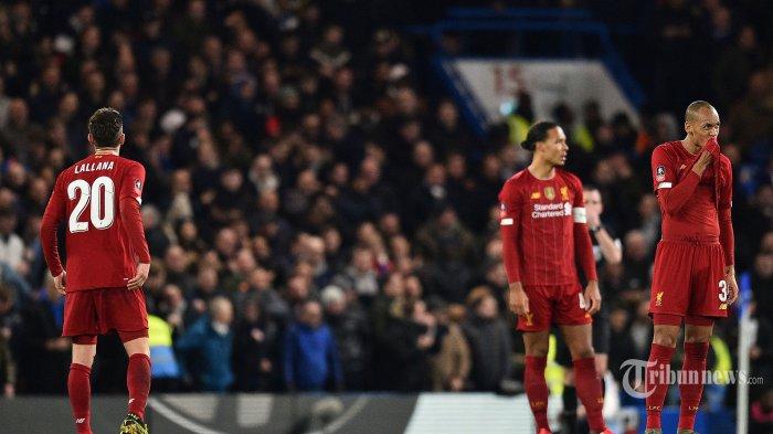 Ekspresi pemain tengah Liverpool asal Inggris, Adam Lallana (kiri), pemain belakang Liverpool asal Belanda, Virgil van Dijk (tengah), dan pemain tengah Liverpool asal Brasil, Fabinho usai mereka kalah dalam laga babak kelima Piala FA antara Chelsea kontra Liverpool di Stadion Stamford Bridge, London, Inggris, Rabu (4/3/2020) dini hari WIB. Chelsea berhasil mengkandaskan Liverpool setelah menang dengan skor 2-0, The Blues pun melaju ke babak perempat final. AFP/Glyn Kirk