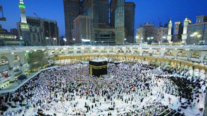 Ribuan umat muslim melakukan thawaf mengelilingi Kabah usai shalat subuh di Masjidil Haram, Makkah, 11/7/2019.