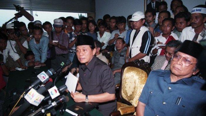 Ketua MPR/DPR RI Harmoko, Wakil Ketua Ismail Hasan Metareum, Syarwan Hamid, Abdul Gafur dan Fatimah Achmad (tidak nampak) saat menggelar konferensi pers di gedung DPR/MPR RI meminta Soeharto mundur dari jabatannya sebagai Presiden RI, Senin (18/5/1998).