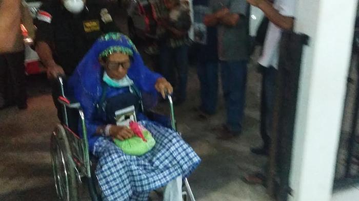 Kelelahan Terbang Lama, 5 Haji Lanjut Usia Dibawa Pakai Ambulans