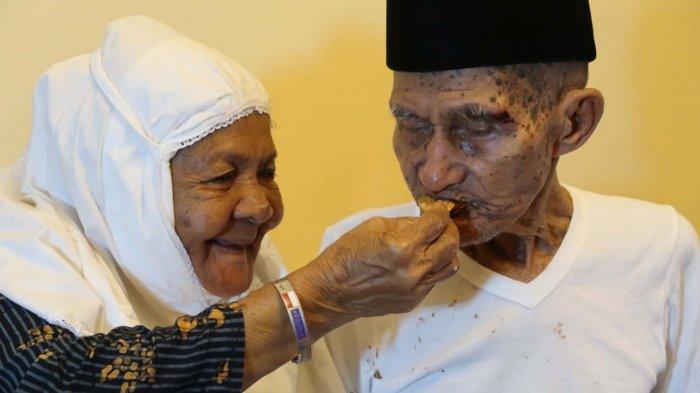 Romantisme di Tanah Suci Viral, Ngomel Saat Pisah, Kakek Mahmud Ceria Lagi Disuapi Nenek Kalsum