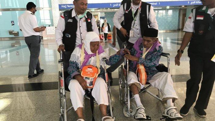 Pasangan jamaah calon haji Indonesia Mahmud Sopamena dan Karsum Litiloli saat tiba di Madinah, Rabu (17/7/2019) Pasangan jamaah haji yang tak mau dipisahkan sejak keberangkatan dari Makassar