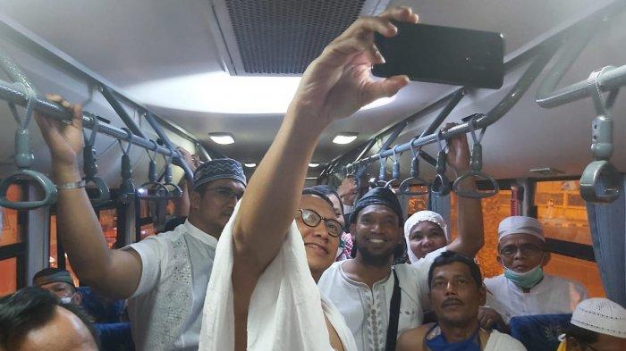 Amirul Hajj yang juga Menteri Agama Republik Indonesia Lukman Hakim Saifuddin menaiki bus sholawat bersama jemaah haji usai pulang melaksanakan umrah wajib di Masjidil Haram, Kamis (1/8/2019).