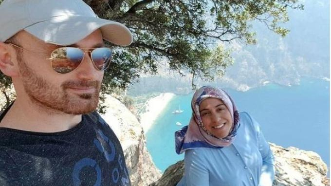 Hakan Aysal tersenyum untuk selfie sebelum diduga mendorong istrinya yang sedang hamil sampai tewas. (Kredit: Newsflash (Tangkap layar The Sun))
