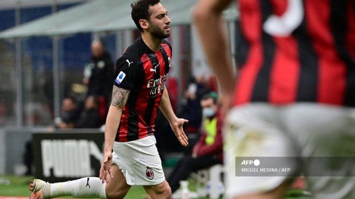 Gelandang Turki AC Milan, Hakan Calhanoglu, melakukan selebrasi setelah membuka skor pada pertandingan sepak bola Serie A Italia AC Milan vs Sassuolo pada 21 April 2021 di stadion San Siro di Milan. MIGUEL MEDINA / AFP