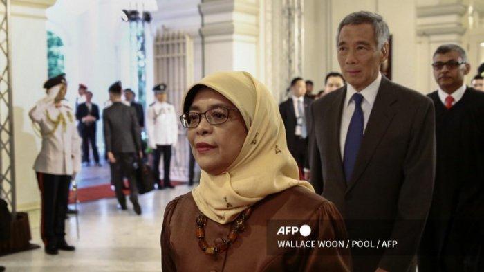 Presiden terpilih Halimah Yacob (tengah), Perdana Menteri Singapura Lee Hsien Loong (dua dari kanan) dan Ketua Mahkamah Agung Sundaresh Menon memasuki ruang kenegaraan sebelum upacara pelantikan presiden di Istana Kepresidenan Singapura, 14 September 2017.
