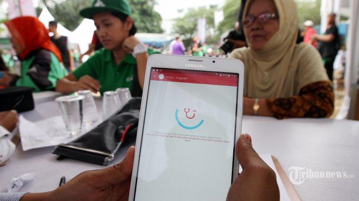 Petugas kesehatan melayani para peserta pengobatan gratis yang diadakan oleh halodoc di Jakarta, Rabu (6/09/2017). Program pemeriksaan untuk 1.000 orang driver ojek online ini merupakan bagian dari kampanye Indonesia sehat yang dilakukan oleh halodoc. TRIBUNNEWS/IRWAN RISMAWAN