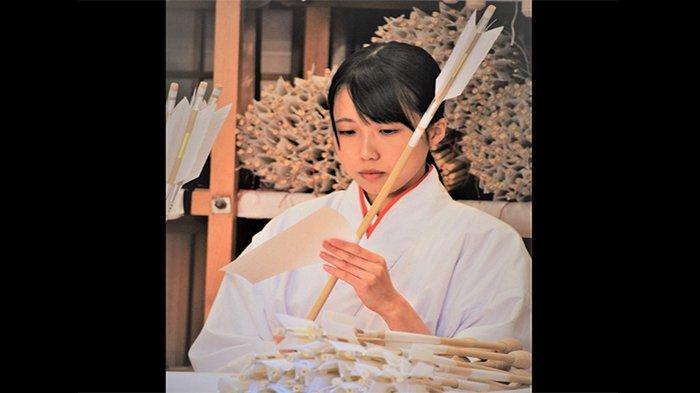Hamaya adalah anak panah pemberian dari kuil Shinto pada tahun baru Jepang, dan dianggap sebagai benda keberuntungan. Anak panah ini kadang-kadang dijual satu set bersama busur yang disebut hamayumi.