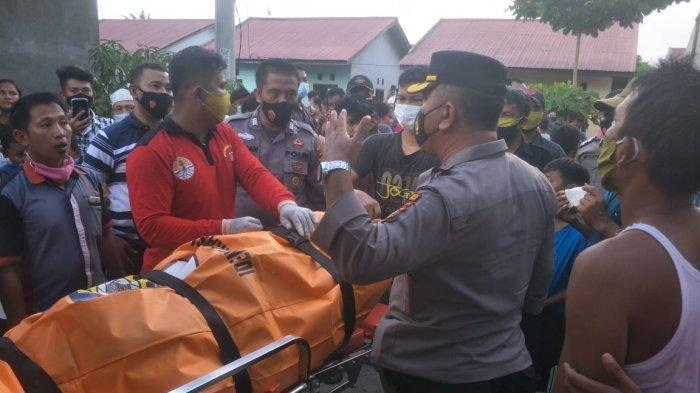 Evakuasi jenazah wanita hamil yang ditemukan terkubur di galian septic tank ke RS Bhayangkara Pekanbaru