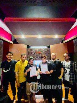 Hampir Band digawangi enam orang yaitu Joel (vocal), Uu (gitar), Agung (gitar), Idink (bass), Cemad (keyboard) dan Efan (drum).