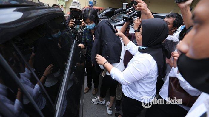 Polisi menggiring artis FTV yang berinisial HH di Mapolrestabes Medan, Sumatera Utara, Senin (13/7/2020).