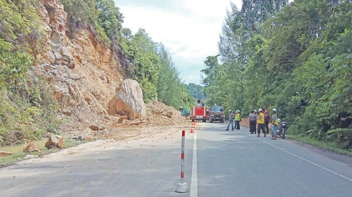 Bahayakan Pengguna Jalan, Tebing Gunung Ceuncrang Diruntuhkan