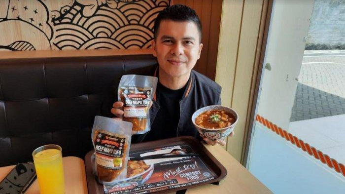 Handika Pratama mencicipi menu baru dari Yoshinoya yakni Beef Mapo Tahu di kawasan Kemang Jakarta Selatan, Senin (15/2/2021).