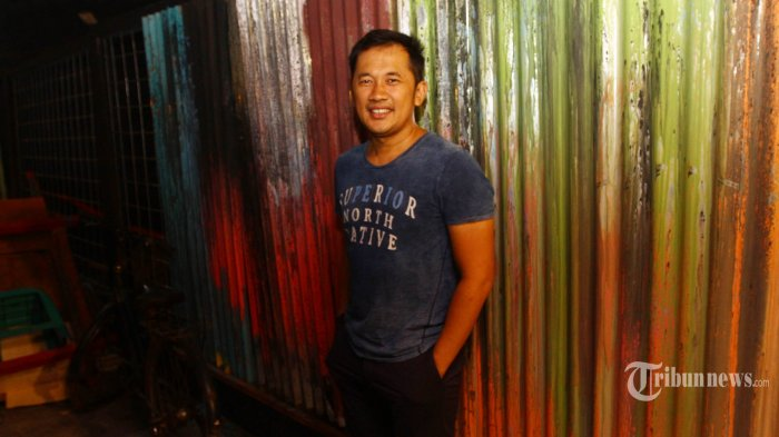 Sutradara Hanung Bramantyo saat konferensi pers peluncuran teaser trailer film Benyamin Biang Kerok di Depok, Jawa Barat, Rabu (24/1/2018). Film yang pernah dibintangi aktor legendaris Benyamin Sueb tersebut dibuat dengan genre baru mengandung unsur komedi dan musikal, akan tayang di bioskop Tanah Air pada 1 Maret 2018 mendatang. TRIBUNNEWS/HERUDIN