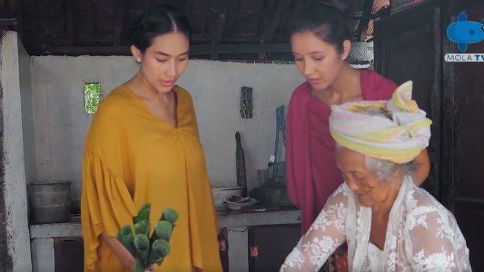 Happy Salma, Maya, dan Gung Niang saat membuat sate ceroncong