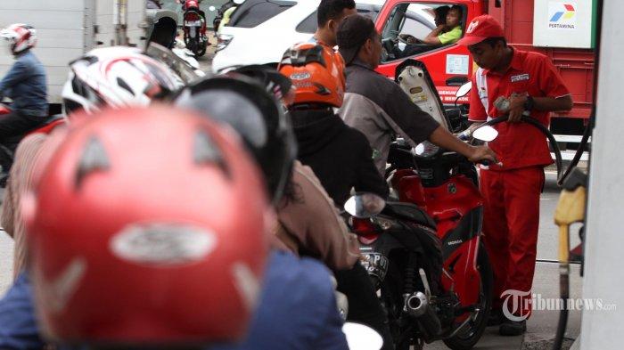 Pengendara motor mengantre saat akan mengisi BBM di SPBU di Kawasan Pejompongan, Jakarta, Kamis (31/3/2016). Pemerintah menetapkan harga bahan bakar minyak (BBM) jenis premium dan solar turun masing-masing Rp500 per liter per 1 April 2016, premium menjadi Rp6.450 per liter, solar menjadi Rp5.150 per liter berlaku hingga September 2016, penetapan tersebut akan diikuti penurunan tarif angkutan publik. TRIBUNNEWS/IRWAN RISMAWAN