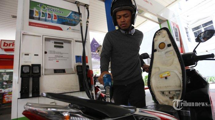 Warga tengah mengisi bahan bakar Pertamax di SPBU Cikini, Jakarta Pusat, Minggu (10/2/2019). PT Pertamina (Persero) memangkas harga bahan bakar minyak (BBM) non penugasan. BUMN migas ini memangkas harga bensin Pertamax cs hingga Rp 800/liter hari ini. (Warta Kota/Angga Bhagya Nugraha)