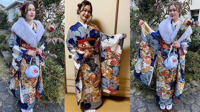 Seorang perempuan yang baru beranjak 20 tahun di tahun 2021 ini merayakan Seijin Shiki, upacara kedewasaan di Jepang dengan kimono lengkap, Senin (11/1/2021).