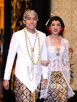 Isyana Sarasvati dan Rayhan Maditra menggelar konferensi pers setelah keduanya resmi menikah, di The Trans Luxury Hotel, Jalan Gatot Subroto, Kota Bandung, Minggu (2/2/2020). Konsep pernikahan mereka memilih konsep modern dan klasik yang dipadukan dengan unsur tradisional adat Jawa. TRIBUN JABAR/GANI KURNIAWAN
