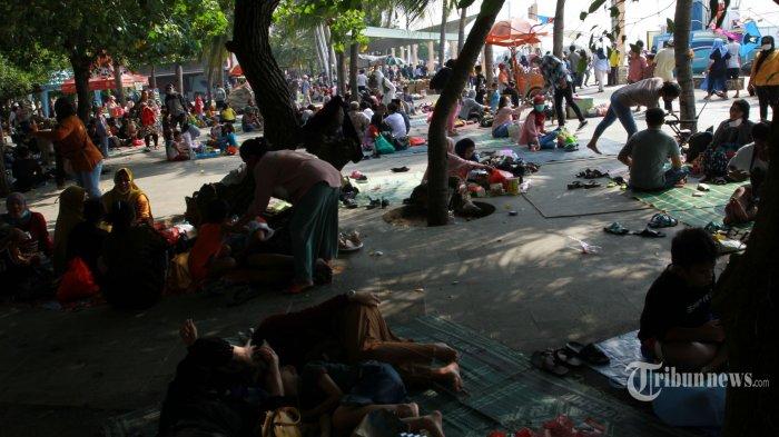 Suasana ramai warga Jakarta yang berwisata pada hari pertama Idul Fitri 1442 Hijriah di Pantai Lagon, Taman Impian Jaya Ancol, Jakarta Utara, Kamis(13/5/2021). Taman Impian Jaya Ancol tetap buka pada libur Lebaran kali ini, namun hanya menerima warga ber-KTP Jakarta dengan pembelian tiket secara online. Pengunjung dibatasi hanya 30 persen dari kapasitas Ancol serta harus menaati protokol kesehatan. Warta Kota/Henry Lopulalan