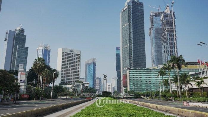 Suasana sepi terlihat di Jalan MH Thamrin Jakarta pada hari pertama pemberlakuan pembatasan kegiatan masyarakat (PPKM) darurat, Sabtu (3/7/2021). Tahun 2050 Jakarta diperkirakan tenggelam.