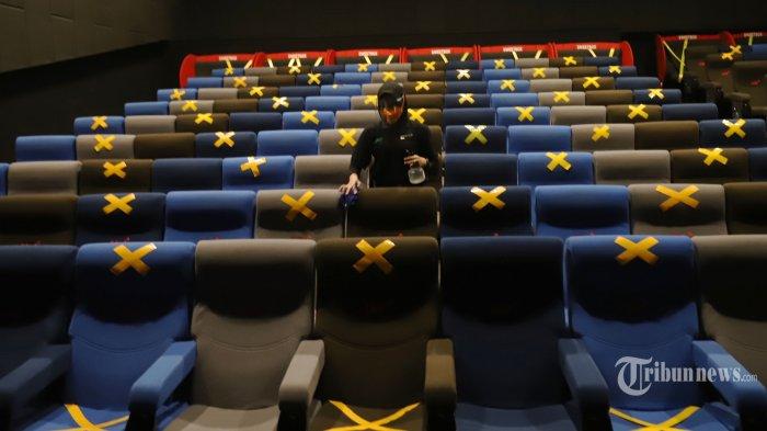 Petugas menerapkan protokol kesehatan (prokes) di bioskop CGV Mal Sunter Agung, Jakarta Utara, Kamis (16/9/2021). Penerapan protokol kesehatan yang ketat sebagai syarat pengoperasian bioskop saat Pemberlakuan Pembatasan Kegiatan Masyarakat (PPKM) Level 3, tidak menyurutkan minat masyarakat untuk menonton film layar lebar di bioskop CGV yang mulai memutarkan film perdananya pada pukul 13.30 WIB. Tribunnews/Jeprima