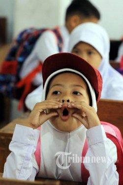 Beragam ekspresi murid kelas 1 Sekolah Dasar (SD) saat mengikuti kegiatan pengenalan murid pada hari pertama sekolah di SD Negeri Inpres I Toddopuli, Makassar, Sulsel, Senin (15/7/2019). Nampak orang tua murid masuk kedalam kelas untuk mendapingi dan menunggu anaknya pada hari pertama  masuk sekolah tahun ajaran 2019/2020 yang dilaksanakan secara serentak di Indonesia. TRIBUN TIMUR/SANOVRA JR