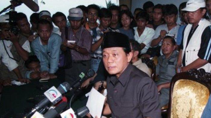 Pimpinan DPR yang terdiri dari Ketua Harmoko, Wakil Ketua Ismail Hasan Metareum, Syarwan Hamid, Abdul Gafur dan Fatimah Achmad (tidak nampak) di Gedung DPR, Senin (18/5/1998), membuat pernyataan mengimbau Presiden Soeharto mengundurkan diri.