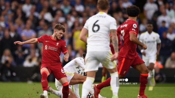 Striker Liverpool Inggris Harvey Elliott (kiri) ditekel dan mengalami cedera kaki yang serius saat ditekel oleh bek Leeds United Belanda Pascal Struijk (belakang C) selama pertandingan sepak bola Liga Premier Inggris antara Leeds United dan Liverpool di Elland Road di Leeds, Inggris utara pada 12 September 2021.