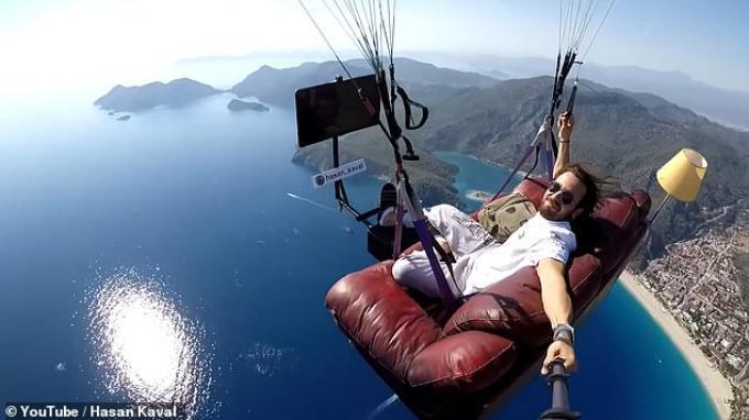 Aksi Ekstrem Seorang Pria yang Lakukan Paralayang Sambil Duduk di Sofa dan Menonton TV