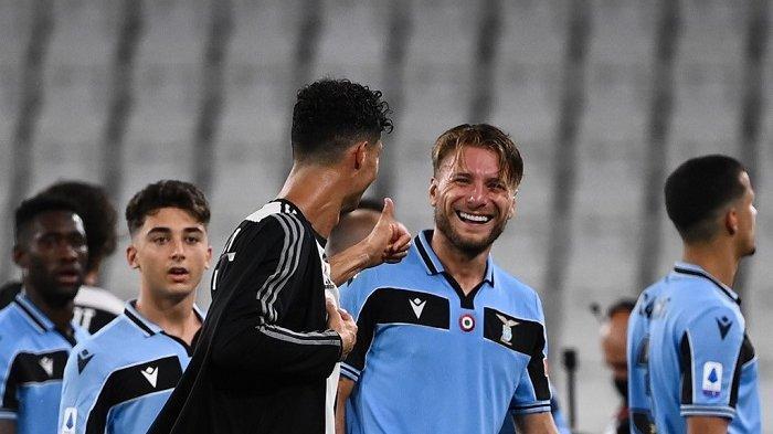 Penyerang Portugal Juventus Cristiano Ronaldo (C) memberi selamat kepada penyerang Italia asal Italia Ciro Immobile (R) pada akhir pertandingan sepak bola Serie A Italia antara Juventus dan Lazio, pada 20 Juli 2020 di stadion Allianz, di Turin, Italia utara. Marco BERTORELLO / AFP