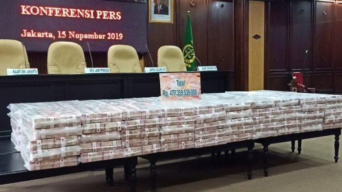Tumpukan uang hasil korupsi yang diperlihatkan di ruang konferensi pers di Kejaksaan Agung RI, Jakarta Selatan, Jumat (15/11/2019).