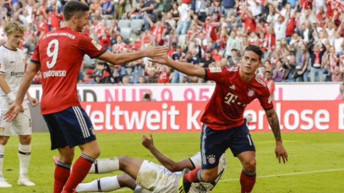 Pemain FC Bayern Muenchen, James Rodriguez (kanan), merayakan golnya bersama Robert Lewandowski pada laga pekan ke-3 Liga Jerman melawan Bayer Leverkusen di Stadion Allianz Arena, Muenchen, Jerman, Sabtu (15/9/2018).