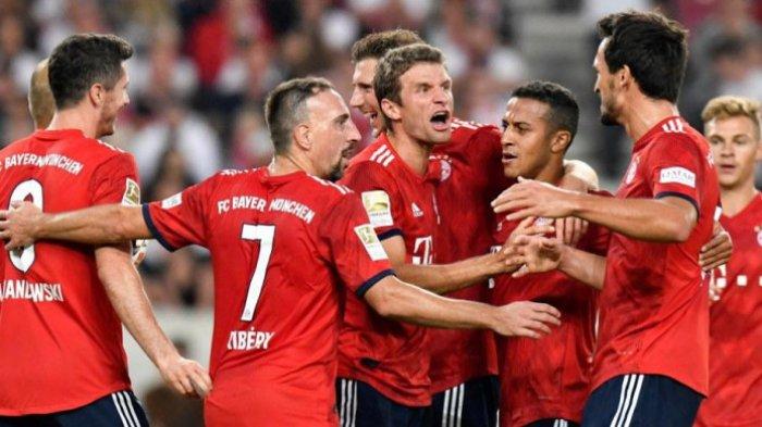 Para pemain Bayern Muenchen merayakan gol Thomas Mueller (tengah) ke gawang Stuttgart dalam partai Liga Jerman di Mercedes Benz Arena, Stuttgart, 1 September 2018.