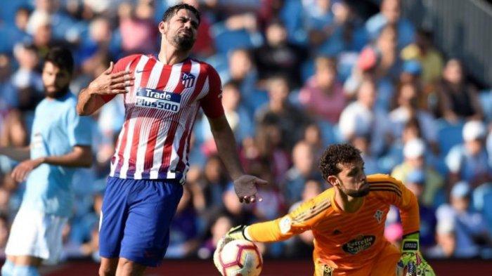 Reaksi penyerang Atletico Madrid, Diego Costa (kiri), setelah tembakannya digagalkan kiper Celta Vigo, Sergio Alvarez, dalam partai Liga Spanyol di Balaidos, Vigo, 1 September 2018.