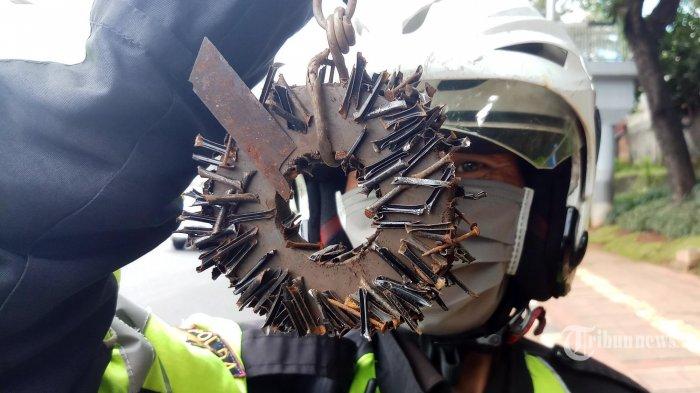 Penebar Ranjau Paku di Jalan Gatot Subroto Tertangkap, Kini Diamankan di Polsek Tebet