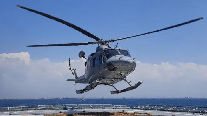 Melihat Aksi Helikopter TNI AL Mendarat di KRI Teluk Bintuni-520 yang Berlayar