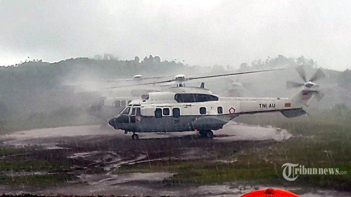 Helikopter yang ditumpangi Presiden Joko Widodo urung terbang karena cuaca buruk dari lapangan Kecamatan Sukajaya, Kabupaten Bogor, Minggu (6/1/2020). Sedikitnya 11 desa terisolir karena longsor yang dipicu oleh intesitas hujan tinggi di kawasan Kabupaten Bogor sejak tahun baru 2020. TRIBUN BOGOR/NAUFAL FAUZY