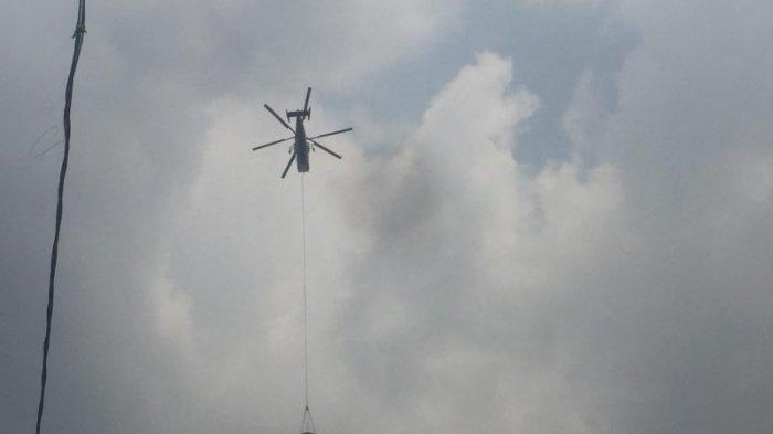 Helikopter Pemadam Kebakaran Lalu Lalang di Atas Kawasan Tanah Abang