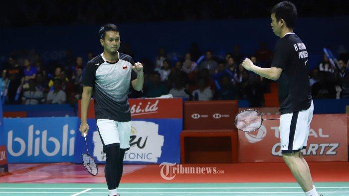 Pasangan Hendra Setiawan/Mohammad Ahsan saat bertanding pada babak semi final Indonesia Open 2019, di Istora Senayan Jakarta, Sabtu (20/7/2019). Hendra/Ahsan mulus maju ke final setelah mengalahkan pasangan Jepang dengan skor 17-21, 21-19, dan 21-17. TRIBUNNEWS/HERUDIN