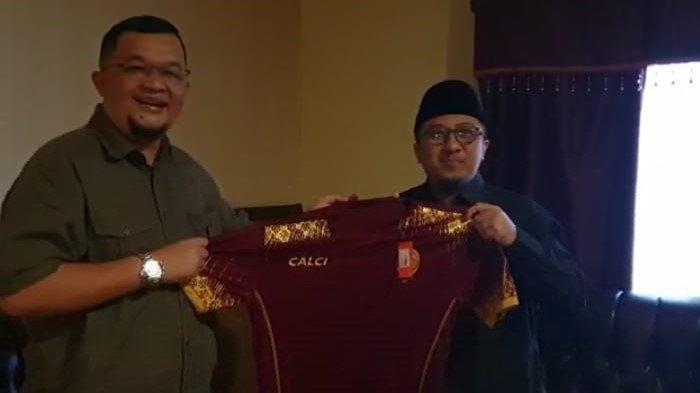Presiden klub Sriwijaya FC H Hendri Zainuddin SAg SH menghadiahkan jersey kepada ustadz Yusuf Mansur pada silaturahmi di Palembang, Senin (24/5/2021).