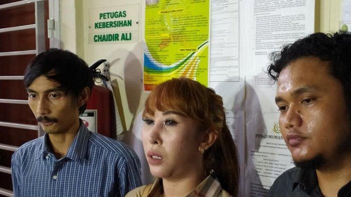 Henny Mona (tengah) ditemui usai sidang vonis suaminya, Rio Reifan, di PN Bekasi, Senin (10/2/2020).