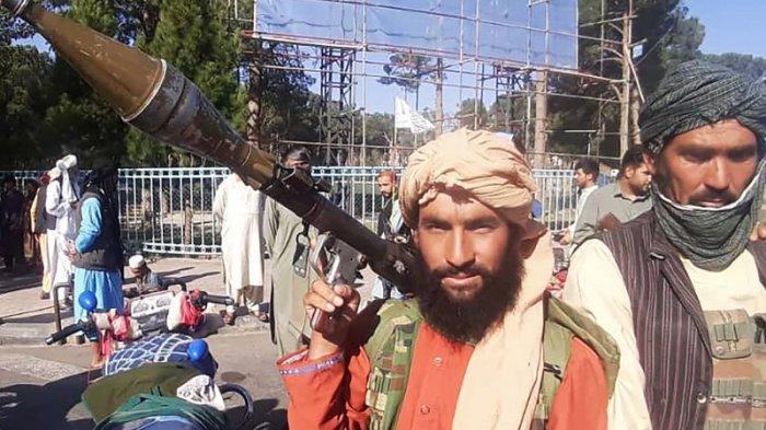 Seorang pejuang Taliban memegang granat berpeluncur roket (RPG) di Herat, kota terbesar ketiga di Afghanistan Jumat (13/8/2021), setelah pasukan pemerintah ditarik keluar sehari sebelumnya setelah berminggu-minggu dikepung.