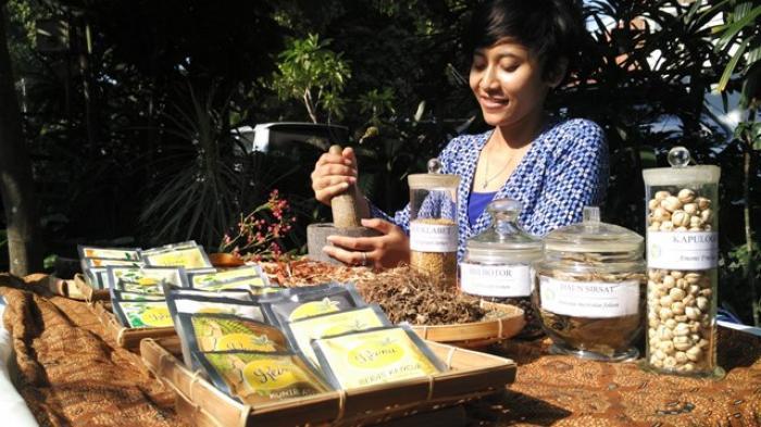 Reina Herbal Drink Ajarkan Masyarakat Cara Bikin Jamu Sendiri di Rumah