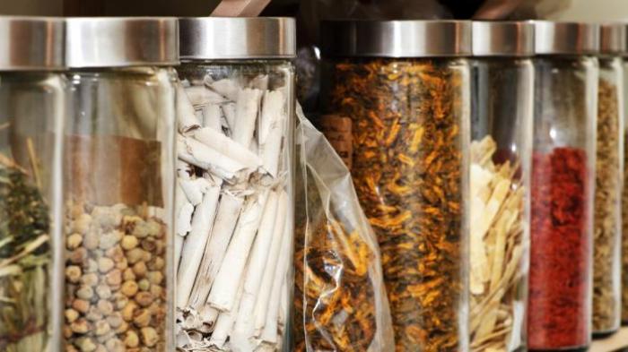 Yang Harus Diperhatikan Saat Konsumsi Obat Tradisional Menurut Spesialis Farmakologi Klinik