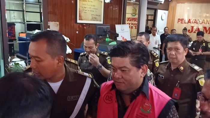 Presiden Komisaris PT Trada Alam Mineral, Heru Hidayat keluar dari Gedung Bundar, Kejaksaan Agung RI, Jakarta Selatan, menggunakan rompi tahanan, Selasa (14/1/2020).
