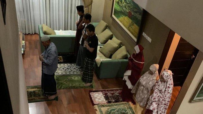 Shalat Idul Fitri 1441 H/2020 boleh dilakukan di rumah terkait adanya pandemi Corona atau Covid-19 di Indonesia.